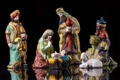 Escena del pesebre de la Navidad con las estatuillas Imagen de archivo