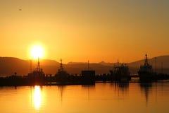 Escena del puerto en la puesta del sol Fotos de archivo