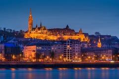 Escena del río de Budapest, Hungría, con el puente de cadena y el roya Imagen de archivo libre de regalías