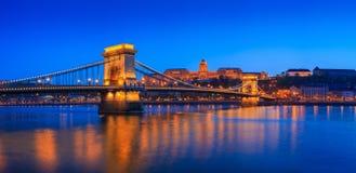Escena del río de Budapest, Hungría, con el puente de cadena y el roya Imágenes de archivo libres de regalías