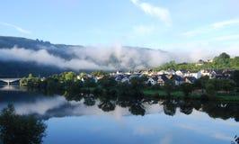 Escena del río en Zell Mosela Imagenes de archivo
