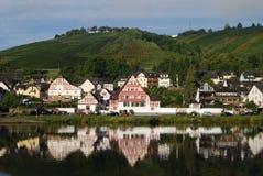 Escena del río en Zell Mosela, con las casas de entramado de madera típicas Imagen de archivo libre de regalías