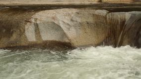 Escena del río que critica la alta cantidad de la acción de la definición almacen de metraje de vídeo