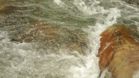 Escena del río que critica la alta cantidad de la acción de la definición almacen de video
