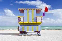 Escena del verano con una casa del salvavidas en Miami Beach Imagen de archivo