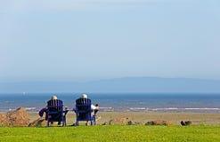 Escena del verano de las sillas de playa de la gente foto de archivo libre de regalías