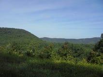 Escena del verano a lo largo de Ridge Parkway azul fotos de archivo