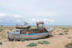 Escena del vintage con los barcos llevados viejos vistos en tierra Foto de archivo libre de regalías