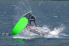 Escena del windsurf en un lago fotografía de archivo