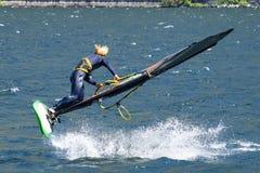 Escena del windsurf en un lago foto de archivo