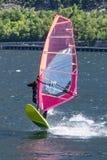 Escena del windsurf en un lago imagen de archivo