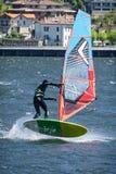 Escena del windsurf en un lago foto de archivo libre de regalías