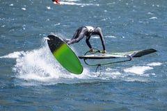 Escena del windsurf en un lago imagenes de archivo