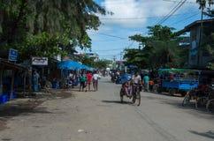 Escena diaria con la gente en la calle principal de Mrauk-U imagen de archivo