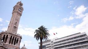 Escena diaria en la torre de reloj del centro de ciudad de Esmirna Turquía metrajes