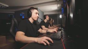 Escena emocional en el club del juego de la PC donde un videojugador tener ?xito, otra batalla perdida almacen de metraje de vídeo