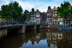 Escena en el canal en Amsterdam, los Países Bajos Imágenes de archivo libres de regalías