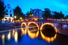 Escena en el canal en Amsterdam, los Países Bajos Imagen de archivo libre de regalías