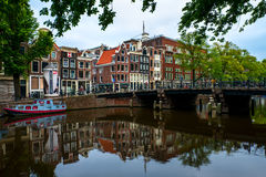Escena en el canal en Amsterdam, los Países Bajos Foto de archivo