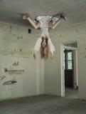 Escena espeluznante de la mujer en el hospital frecuentado Fotografía de archivo libre de regalías