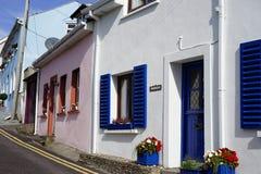Escena europea de la calle con las puertas coloreadas brillantes fotos de archivo libres de regalías