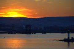 Escena fascinadora de la puesta del sol en la bahía Fotos de archivo libres de regalías
