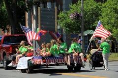 Escena feliz, con las muchachas sentándose en el camión, burbujas que soplan, el 4 de julio desfile, Saratoga, NY, 2016 Imagen de archivo