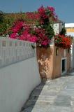 Escena griega de la calle de la isla Foto de archivo libre de regalías