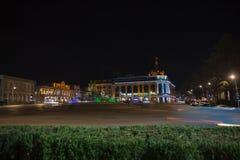 Escena hermosa de Kutaisi en una noche del Año Nuevo Parque de la noche de la ciudad en otoño con las trayectorias derramadas Fotografía de archivo
