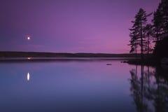Escena hermosa de la noche de un lago sueco foto de archivo libre de regalías