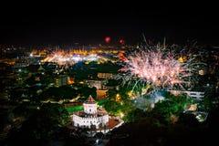 Escena hermosa de la noche del firewokj de la cuenta del Año Nuevo abajo en landmar Fotos de archivo