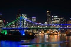 Escena hermosa de la noche del puente iluminado y del fondo de zumbido de la ciudad fotografía de archivo libre de regalías