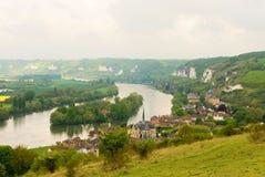 Escena hermosa de la pequeña ciudad en el río fotografía de archivo libre de regalías