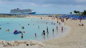 Escena hermosa de la playa con los turistas y el barco de cruceros en el fondo, Bahamas metrajes