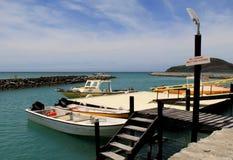 Escena hermosa de los barcos de pesca en el embarcadero, centro turístico de oro del punto, Fiji, 2015 Foto de archivo