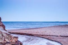 Escena hermosa de una playa con la arena de oro entre Sydney y Wollongong Foto de archivo libre de regalías