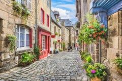 Escena hermosa del callejón en una ciudad vieja en Europa fotos de archivo libres de regalías