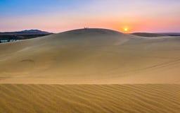 Escena hermosa del desierto con las dunas de arena en la puesta del sol colorida imágenes de archivo libres de regalías