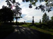 Escena hermosa del verano con la silueta del paisaje, del camino y del muchacho con la bicicleta Fotografía de archivo libre de regalías