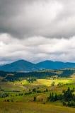 Escena hermosa del verano en montañas con el cielo nublado y los rayos de sol Foto de archivo libre de regalías