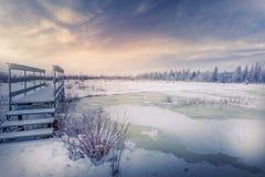 Escena idílica del invierno con una novia que le invita a que se una a Fotos de archivo