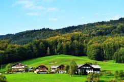 Escena idílica del pueblo en las montañas en Austria Imagen de archivo libre de regalías