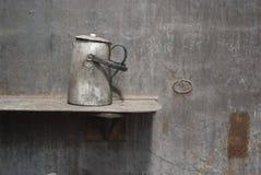 Escena industrial: tetera vieja en un molino de acero Foto de archivo libre de regalías