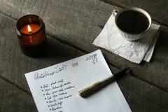 Escena interior del día de fiesta con la lista de regalo manuscrita de la Navidad Fotografía de archivo libre de regalías