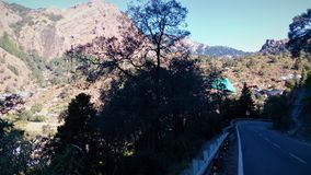 Escena lateral de la montaña y del camino fotografía de archivo