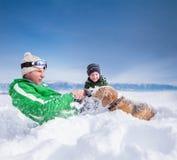 Escena linda de la familia: el padre y el hijo juegan con el perro durante la montaña Fotografía de archivo libre de regalías