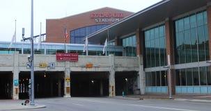 Escena Lucas Oil Stadium en fondo en Indianapolis 4K almacen de metraje de vídeo