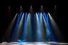 Escena, luz de la etapa con los proyectores coloreados Imagen de archivo