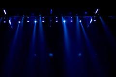 Escena, luz de la etapa con los proyectores coloreados Fotografía de archivo