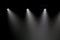Escena, luz de la etapa con los proyectores coloreados Fotos de archivo